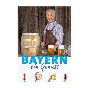 Älterer Mann steht vor einem Fass Bier.